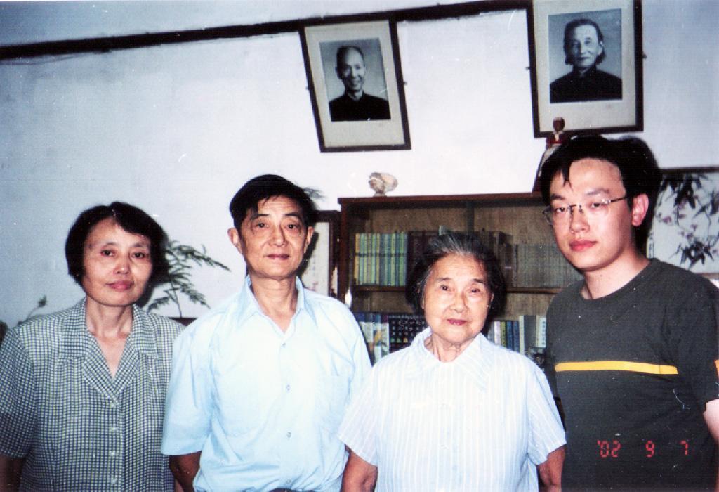 左起:程小青孙媳、程小青嫡孙程黎明、程小青儿媳邓援、笔者摄于2002年程小青宅